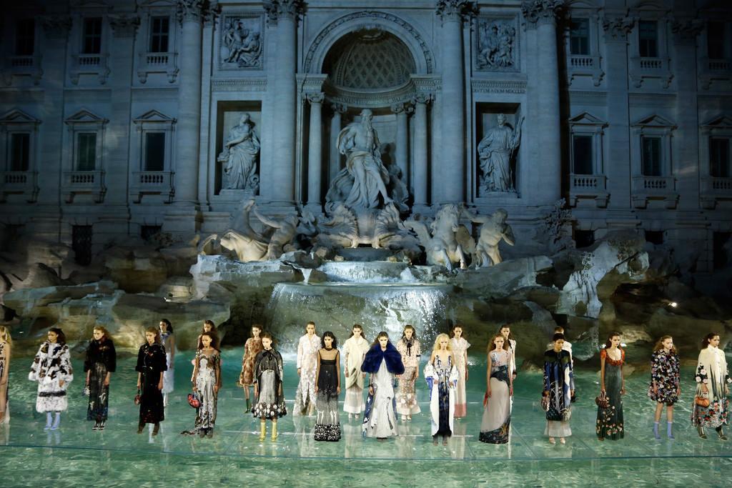 #Exclusivo ¡Desfile 360 de FENDI en la Fontana De Trevi!