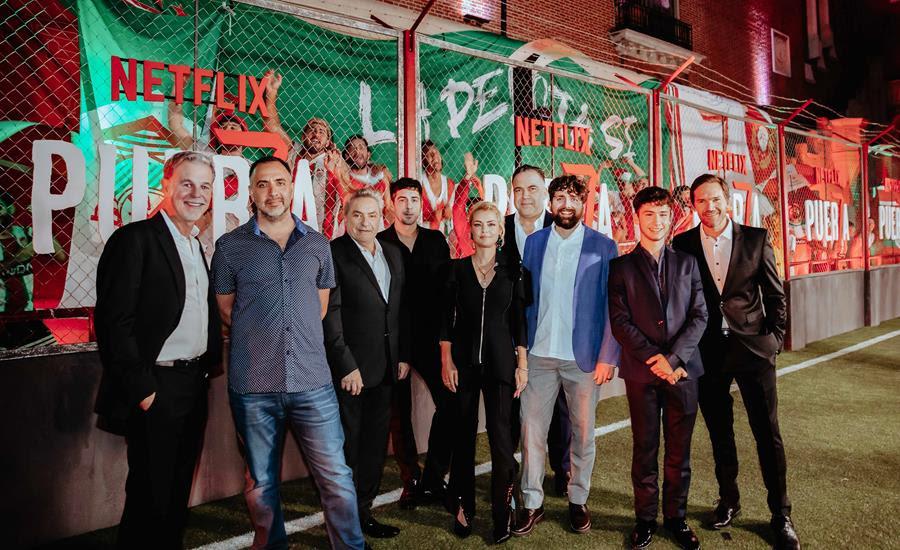 Puerta 7, la nueva serie argentina de Netflix sobre el mundo de las barras bravas, celebró hoy su avant premiere en la Usina del Arte